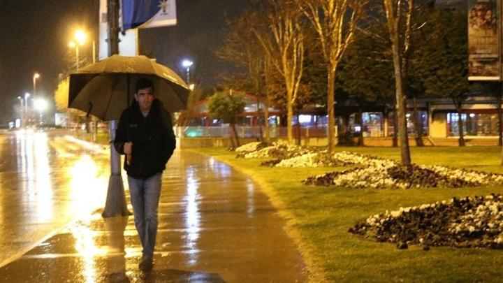 İstanbul'da akşam saatlerinde başlayan sağanak yağış devam ediyor