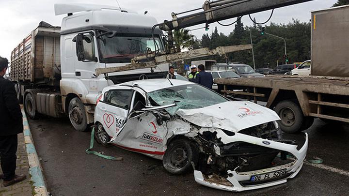 Kahramanmaraş'ta kırmızı ışıkta durmayan TIR, Türk Kızılayı'na ait otomobile çarptı