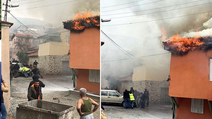 İzmir'de iki katlı evde yangın çıktı, evin önündeki otomobili çevredekiler iterek uzaklaştırdı
