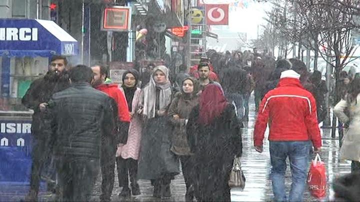 Erzurum'da öğle saatlerinden itibaren kar yağışı etkili oluyor