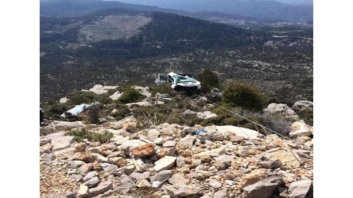 Manavgat'ta uçuruma düşen kamyonette sıkışan sürücüyü itfaiye kurtardı