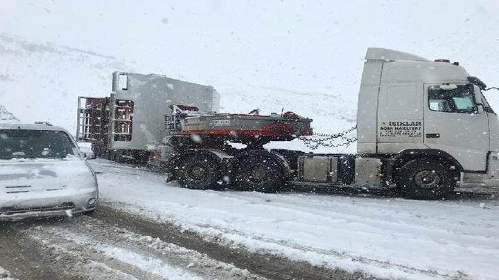 Karlıova- Erzurum yolunda araçlar mahsur kaldı