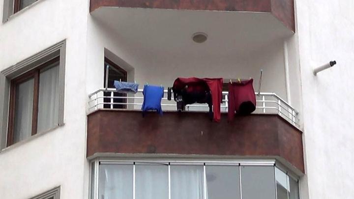 Elazığ'da yalnız yaşayan emekli müfettişin çamaşırları balkonda günlerce kalınca öldüğü ortaya çıktı