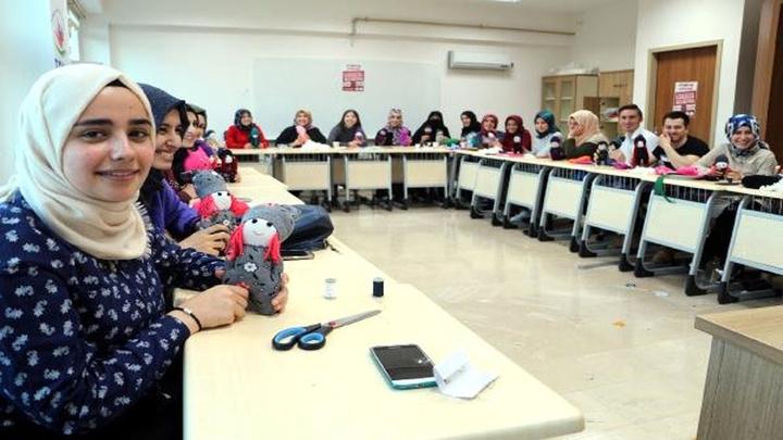 Tokat'ta üniversite öğrencileri 10 Parmağımda 10 Marifet'  projesi ile köy çocukları için oyuncak üretiyor