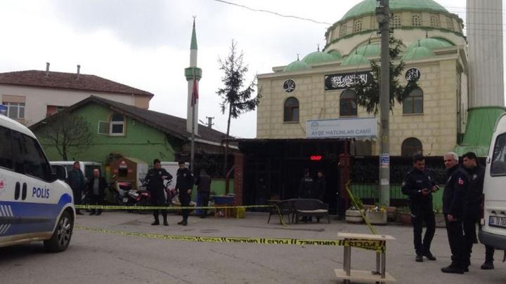 Kocaeli'de camiye giden husumetlisine silahla vurdu