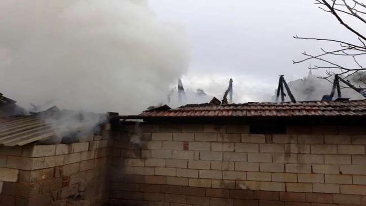 Sarıgöl'de samanlıkta yangın çıktı, 2 ton saman kül oldu
