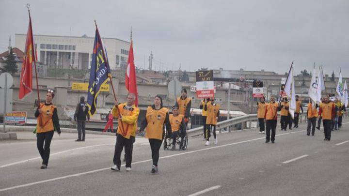 Tekirdağ'dan yürüyüşe başlayan ve 57 gönüllüden oluşan '57'nci Alay' korteji Malkara'da