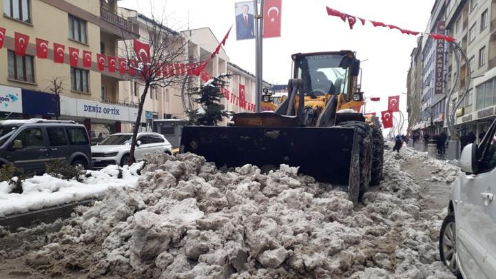 Hakkari'de yoğun kar yağışıyla 64 yerleşim birimi ulaşıma kapandı
