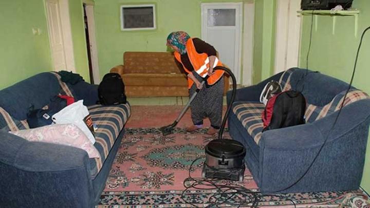 Akşehir Belediyesi'nin yaşlı, engelli, kimsesiz, bakıma muhtaç vatandaşlara evde temizlik hizmeti sürüyor