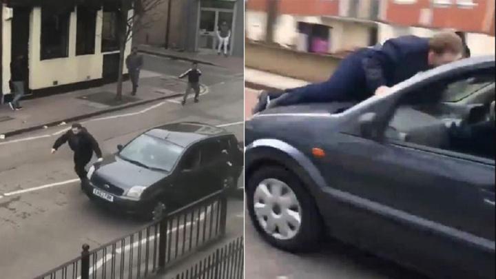 Londra'da cami önündeki Müslüman gruba çekiç ve sopalarla ırkçı saldırı