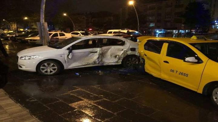 Ankara'da direksiyon hakimiyetini kaybeden alkollü sürücü 4 araca çarptı