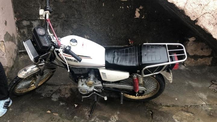 Midyat'ta bodrum kattaki duvarı delip motosikleti çalan hırsız yakalandı