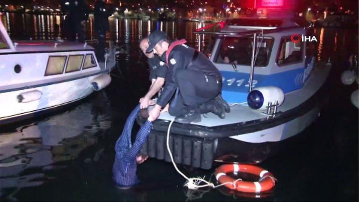 Fatih'te, denize atlayan genci deniz polisleri kurtardı