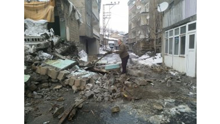 Hakkari'de yoğun kar yağışına dayanamayan toprak ev çöktü