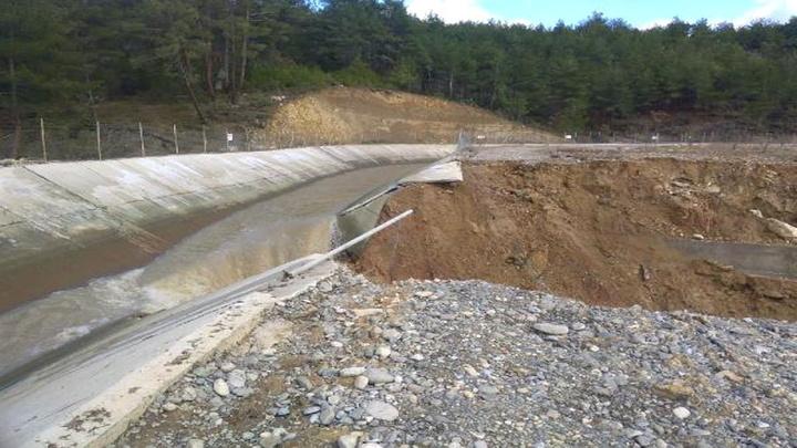 Safranbolu'da hidroelektrik santrali kanalı patladı, tarlaları su bastı