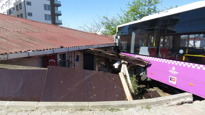 Sultanbeyli'de halk otobüsü şoförü fenalaştı, otobüs gecekonduya çarptı