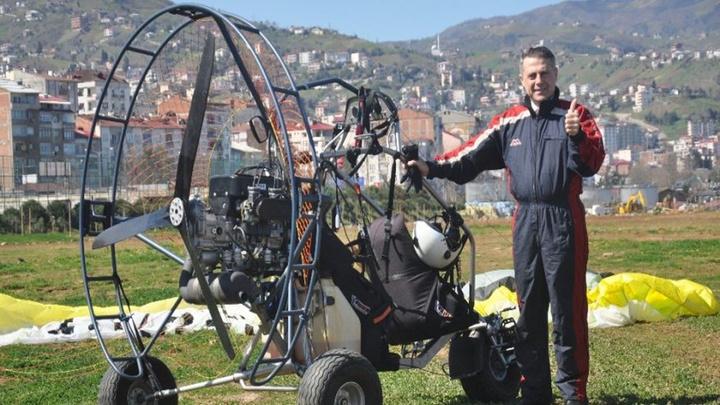 Trabzon Akçaabat İYİ Parti Belediye başkan adayı Osman Akbulut motorlu yamaç paraşütüyle uçtu