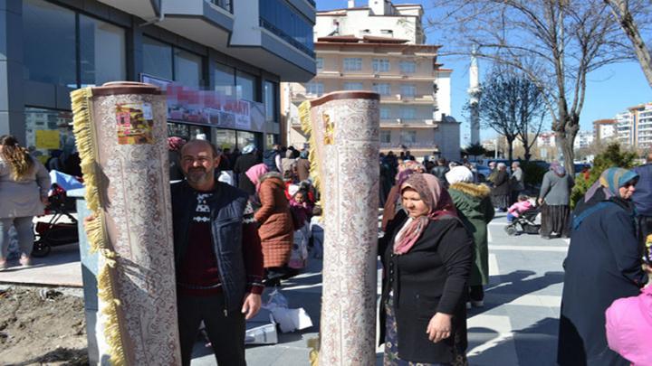 Aksaray'da yüzde 70'e varan halı indirimi izdihama neden oldu