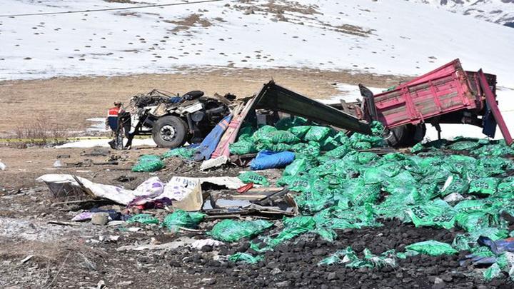 Ardahan'da kömür yüklü kamyon kontrolden çıkarak şarampole uçtu: 1 ölü, 1 yaralı