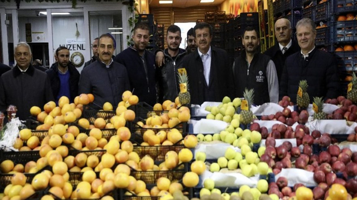 Cumhur İttifakı AK Parti İzmir Büyükşehir Belediye Başkan adayı Nihat Zeybekci, sabah gün doğumunda sebze ve meyve halini ziyaret etti