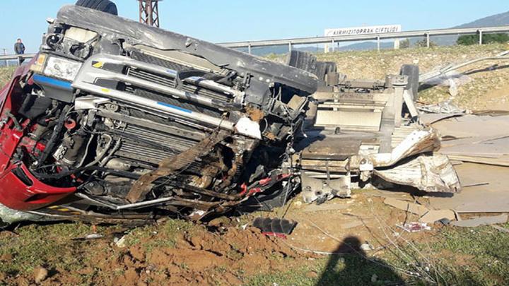 İzmir'de yolcu almak için duran minibüse  TIR çarptı, 1'i ağır 3 kişi yaralandı