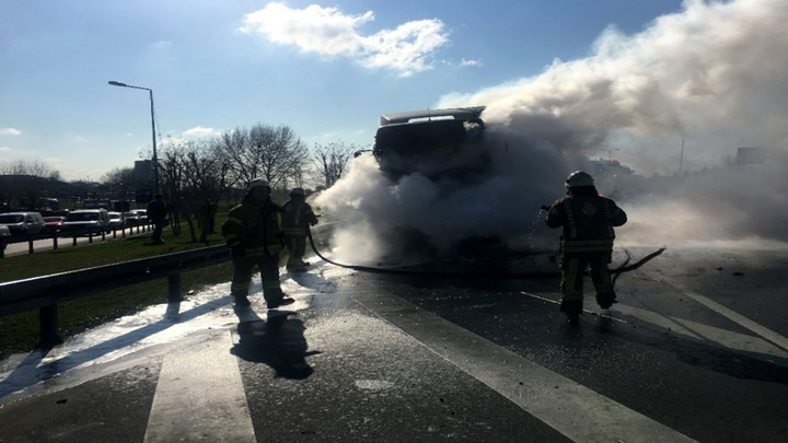Bayrampaşa O-3 bağlantı yolunda hafriyat kamyonu kül oldu