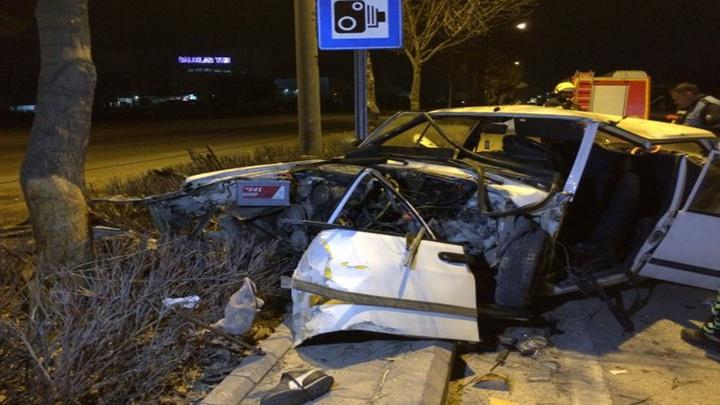 Konya'da gece saatlerinde refüjdeki ağaca çarparak otomobilde sıkışan sürücüyü itfaiye kurtardı.