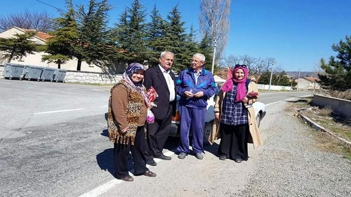 Kütahya İl Genel Meclisi adayı Ayşe Altay seçim çalışmalarını anne ve babasıyla birlikte yürütüyor