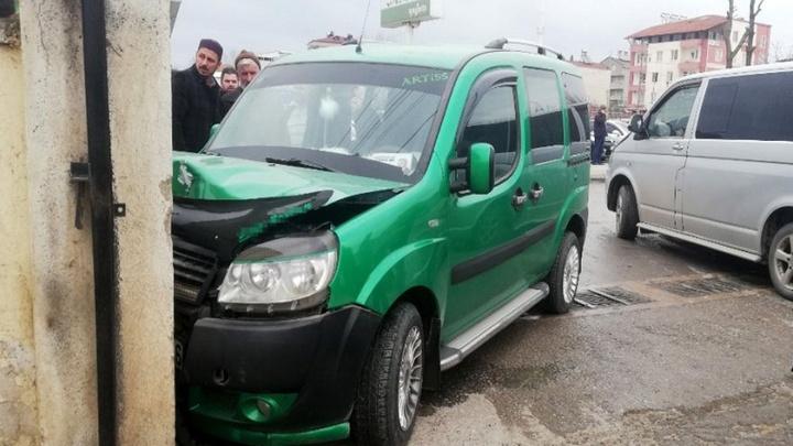 Bafra'da dolmuş duvara çarptığı kazada 4 kişi yaralandı