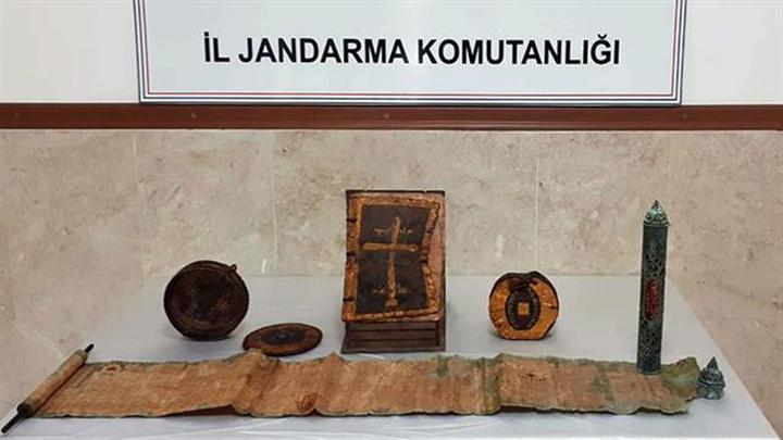 Manavgat'ta altın işlemeli 1400 yıllık deri kitaplar ve el yazması  eserler satılmak üzere iken jandarma operasyon düzenledi