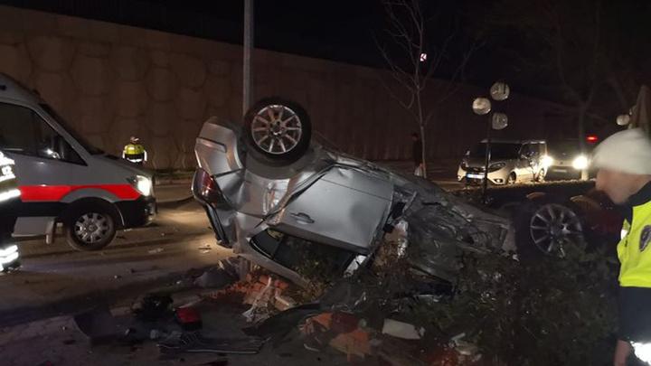 Bursa'da otomobil köftecinin bahçesine uçtu, takla atan otomobilde 1 kişi öldü, 2 kişi yaralandı