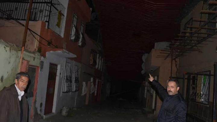 İzmir'de 5 katlı binanın çatısı fırtına nedeniyle uçtu