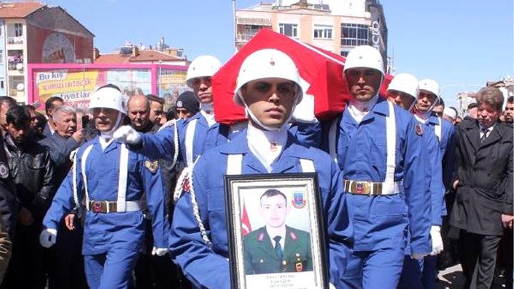 Kastamonu'da trafik kazasında hayatını kaybeden uzman onbaşı memleketi Karaman'da son yolculuğuna uğurlandı