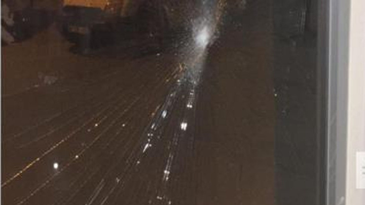 İzmir'de AK Parti Seçim merkezine taşlı saldırı