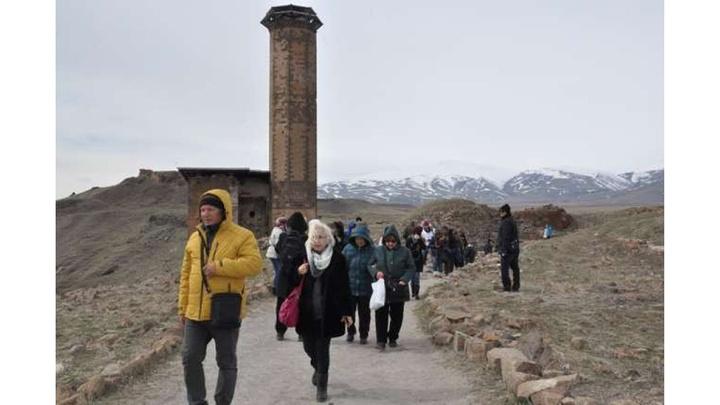 40 kapılı kent Ani'ye yerli ve yabancı turist akını