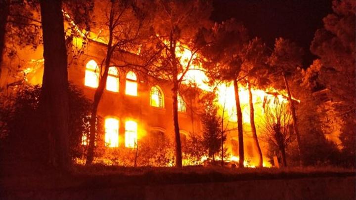 Denizli'de 91 yıllık Gazi Paşa Mektebi yanarak kül oldu