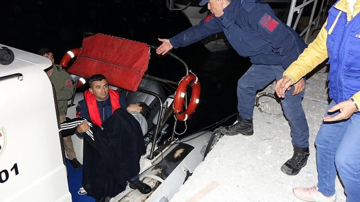 Çanakkale'de göçmenleri taşıyan fiber tekne battı: 3'ü kadın  4 kişi öldü, 11 kişi kurtarıldı