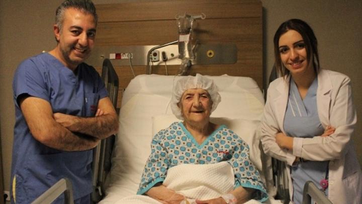 Diyarbakır'da sağ böbreğinde 2 buçuk santimetre taş bulunan 112 yaşındaki yaşlı kadın sağlığına kavuştu