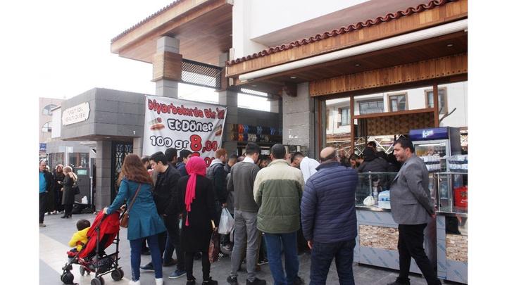 Diyarbakır'da döner ustası  döner fiyatını yarıya indirdi