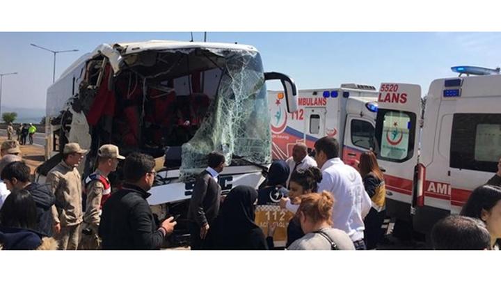 Gaziantep'te feci kaza: Yolcu otobüsü ile tırın çapışması sonucu 18 kişi yaralandı