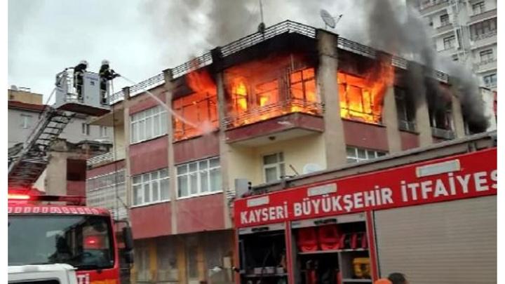 Kayseri'de 3 katlı binada çıkan yangın panik yarattı