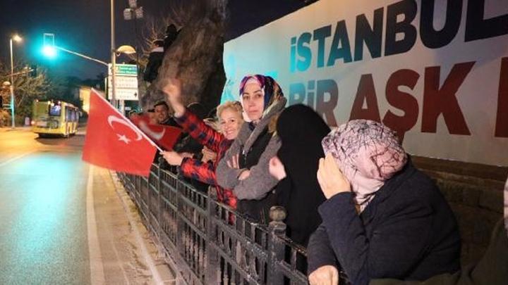 Cumhurbaşkanı Recep Tayyip Erdoğan'ın Kısıklı'daki evinin önünde toplanmaya başladılar