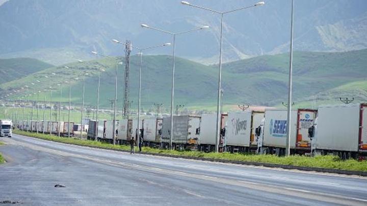 Şırnak'ta TIR şoförleri oy kullanmaya gidince, sınır kapısında uzun kuyruk oluştu