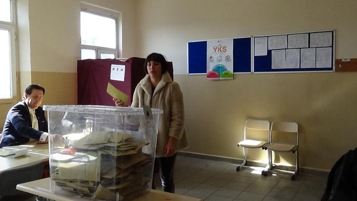 Zehra Çilingiroğlu'da annesi Hülya Avşar gibi seçim mührünü kabinde unuttu