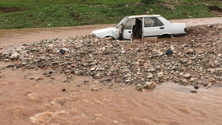 Gaziantep'te etkili olan aşırı sağanak yağış nedeniyle 2 kişi sele kapılarak kayboldu