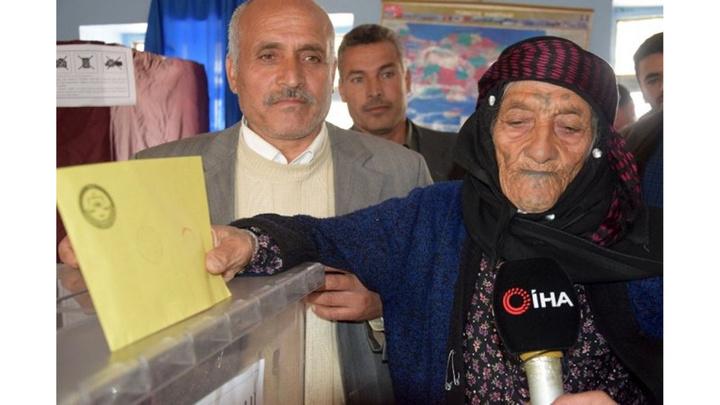 Türkiye'nin en yaşlı seçmeni Hodi Gürkan Cumhurbaşkanı Erdoğan'a dualar ederek oyunu kullandı