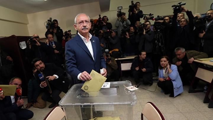 CHP Genel Başkanı Kemal Kılıçdaroğlu, Ankara'da Arjantin İlkokulu'nda oyunu kullandı