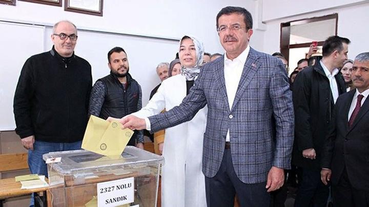 Cumhur İttifakı'nın İzmir adayı Nihat Zeybekci ailesi ile birlikte oyunu kullandı