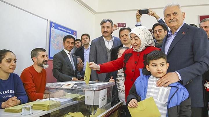 AK Parti İstanbul Büyükşehir Belediye Başkan Adayı Binali Yıldırım ve eşi oyunu kullandı