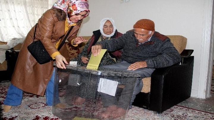 Adıyaman'da oy kullanmaya gelemeyen seçmen için 'seyyar sandık'lar seçmenin ayağına gitti